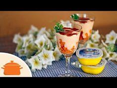 Que tal uma sobremesa leve, saudável e deliciosa? Taça de mamão com calda de morango. Muito semelhante ao Creme de Papaia com Cassis, mas essa leva iogurte g...