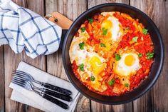 É quebrar dois ovos numa bela base de tomate e comer com gosto. Veja aqui a receita.