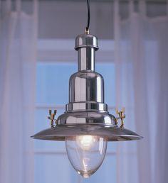 Jedinečné stínidlo závěsné lampy Ottava je z ručně foukaného skla. Cena je 699 Kč; Ikea