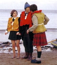 Colour photo of Deborah Watling, Patrick Troughton and Frazer Hines taken whilst filming Fury From The Deep. Original Doctor Who, Jon Pertwee, Doctor Who Companions, Classic Doctor Who, William Hartnell, Second Doctor, Tv Doctors, Watch Doctor, Dalek