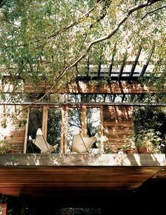 The terrace at Ray Kappe's multilevel house he built for his family in is cantilevered over the front door. Photo by João Canziani. Photo by João Canziani. This originally appeared in Ray Kappe-Designed Multilevel House in Los Angeles. Living Haus, Home Living, Living Rooms, Living Spaces, Minimalist Interior, Minimalist Decor, Minimalist Kitchen, Minimalist Living, Minimalist Bedroom