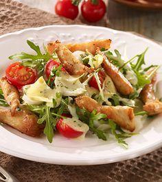 Salat mit Rauke, Hähnchenbrust und einem Balsamico-Sahne-Dressing.