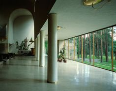 lina bo bardi - love this! Contemporary Architecture, Interior Architecture, Interior And Exterior, Alvar Aalto, Atrium House, Church Design, Famous Architects, Modern Masters, Indoor Outdoor