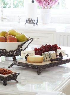 Substantially constructed and antique-inspired, our Kitchen Classics Cheeseboard marries old-world craftsmanship with modern convenience. An exclusive handpainted finish with glints of gold adds appeal to the cast aluminum frames.