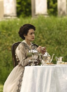 Elizabeth McGovern as Cora Crawley, Countess of Grantham in Downton Abbey (TV Series, 2010).