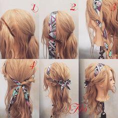 スカーフアレンジのハーフアップ✨ 1,横と後ろを分け後ろは耳の高さぐらいから上の髪を結びます 2,スカーフを横の髪に添わして留めます 3,スカーフを混ぜて三つ編みします 4,横の髪を後ろで結びます Fin,スカーフを結んで崩したら完成です スカーフは @p.h.ac…