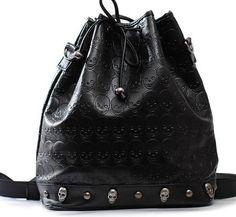 Bolsa preta de couro ecológico com caveirinhas