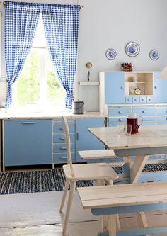 Sininen keittiö. 50s Style Kitchens, Cozy Kitchen, Cottage Design, Retro Home, White Houses, Kitchen Styling, Home Renovation, Vintage Kitchen, Old Houses