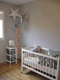 Pleine de poésie cette jolie chambre de bébé imaginée par Violaine… Un bébé qui aura très certainement la tête dans les étoiles ;)