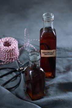 Domácí vanilkový extrakt | Whiskey Bottle, Vodka, Drinks, Food, Liquor, Beverages, Hoods, Meals, Drink