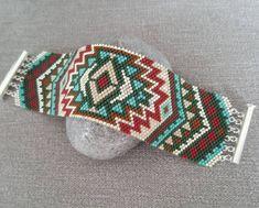 Manchette tribale  #manchette #bracelet #miyuki #miyukibeads #perles #beads #peyote #delicas #miyukiaddict #brickstitch #doityourself #diy #handmadejewellery #madewithlove #creationbijoux #handmade #faitmain #surmesure #bohème Envie d'un bracelet sur mesure, contactez-moi : lolenza@yahoo.fr