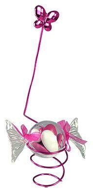 Composition de dragées avec fil laiton et papillon - Ces petits bonbons en forme de papillote laisseront apparaitre la couleur de vos dragées avec gourmandise... http://www.mariage.fr/bonbons-papillottes-pvc-transparent-contenant-dragees.html