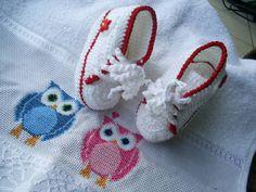 Toalinha bordada em ponto cruz, avesso perfeito.(25 cm X 36 cm)  Tênis de bebê, feito em crochê, com linha de algodão.Modelo All star.  TAMANHO: sola 8 cm - RN a 02 meses R$ 38,00