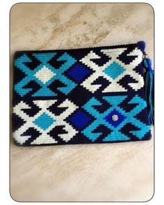 Satış dm pour information 🙏🏿 # wayuubags . Clutch En Crochet, Crochet Pouch, Crochet Handbags, Crochet Purses, Macrame Patterns, Crochet Patterns, Weaving Designs, Beaded Bags, Tapestry Crochet