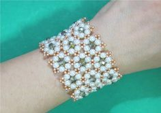 Bracelet BRACELET of crystals and pearls Delicate Flowers - Maguida Silva Beaded Bracelets Tutorial, Beaded Bracelet Patterns, Seed Bead Bracelets, Pearl Bracelet, Handmade Bracelets, Beaded Anklets, Beaded Rings, Beaded Necklace, Beaded Jewelry Designs