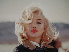 Uma garota sábia beija mas não ama, escuta mas não acredita e parte antes de ser abandonada.  Marilyn Monroe