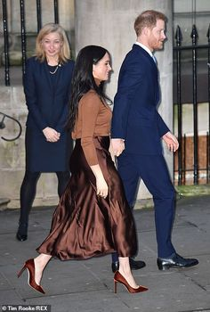 Prince Harry and Meghan Markle return to royal duty in London Meghan Markle Prince Harry, Prince Harry And Meghan, Casual Maternity, Maternity Fashion, Meghan Markle Outfits, Couple Running, Royal Beauty, Royal Engagement, National Theatre