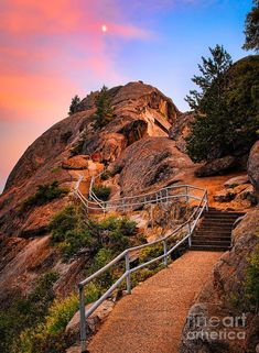 Moro Rock Path, Sequoia n King Canyon National Park, California_ USA
