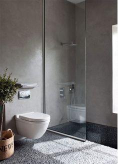 En takdusch är både snyggt och härligt! Här är 14 badrum där duschen och badkaret sticker ut.