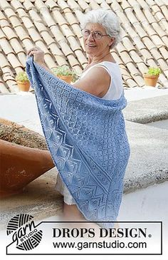 Aretusa / DROPS - Free knitting patterns by DROPS Design Aretusa / DROPS - knitted scarf with lace pattern. The piece is worked in DROPS Merino Extra Fine from top to bot. Lace Knitting Patterns, Shawl Patterns, Lace Patterns, Free Knitting, Poncho Crochet, Crochet Mittens, Knitted Shawls, Drops Design, Wrap Pattern