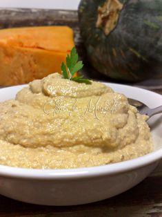 Il pesto di zucca e noci è buonissimo per condire la pasta o ripieno di una focaccia. Si prepara in poco tempo e può essere conservato per tutto l'inverno.