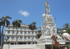 Monumento a José Martí en el Parque Central de La Habana. Al fondo se ve el Hotel Inglaterra