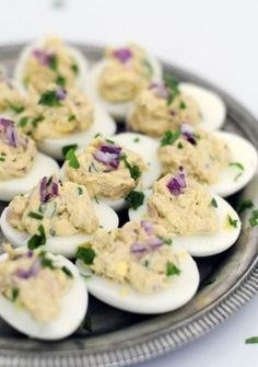 Stuffed eggs with tuna Tapas, Yummy Snacks, Healthy Snacks, Yummy Food, Clean Eating Pasta, Snacks Für Party, Appetisers, High Tea, Food Videos
