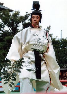 舞楽(Bugak)  解説 人長舞(Ninjo-no-mai) chief priest dance