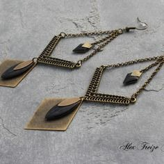 Bijou créateur - boucles d'oreilles pendantes bronze ethniques intercalaires et breloques losanges plumes antiques sequins émaillés noir Wire Wrapped Earrings, Bead Earrings, Bijoux Diy, Artisanal, Metal Jewelry, Wedding Jewelry, Arrow Necklace, Creations, Jewelry Design