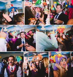La Hora Loca es una tradicion Latina en bodas donde hay una hora con entretenimiento y bailes y utillajes divertidos. Este es cuando la fiesta empieza!!