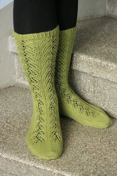 Ulla 01/15 - Ohjeet - Saniaissukat Winter Socks, Drops Design, Yarn Colors, Knitting Socks, One Color, Crochet Stitches, Mittens, Knitting Patterns, Slippers