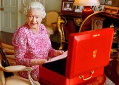 """""""Hoy es el día en que habré reinado más que cualquier otro soberano inglés"""". Lo dijo el 23 de septiembre de 1896 la reina Victoria, y volverá a decirlo (para sus adentros) Isabel II, la reina impasible. La reina celebra 63 años como monarca superando a su tatarabuela Victoria.   El 43% de los británicos considera que 'no ha dicho ni hecho nada memorable'. 'Ha logrado que el 'show' real siga rodando', asegura un historiador."""