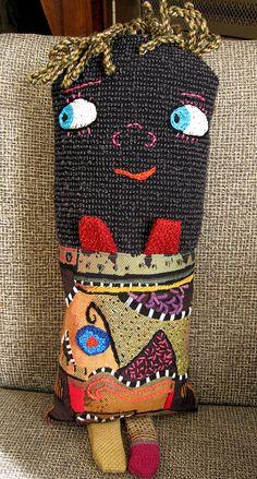Aquello que consideramos basura puede ser utilizado para crear cosas geniales como este muñeco hecho de materiales reciclados. Está hecho con muestras de tejidos de tapicería y sus detalles fueron bordados a mano. Su relleno también tiene tela reciclada. Una interesante creación que le dará a tu hogar un toque especial.