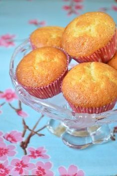 Лимонные маффины Состав: 1 лимон (цедра и сок) 3 яйца 300 мл. сахара 100 мл. растительного масла 400 мл. муки 1,5 ч.л. разрыхлителя 1 ч.л. ванильного сахара 200 гр. сметаны… Mini Cakes, Cupcake Cakes, Easy Apple Muffins, Cookie Desserts, Dessert Recipes, Cupcake Cream, Bulgarian Recipes, Cookery Books, Popular Recipes