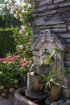 Fontaine et arrosoirs à Cabrières d'Avigon