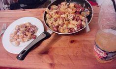 Tuerkische Salami mit italiaenischen Gnochi ueberbacken mit holländischem Gouda. Das ist maechtig viel und reicht fur zwei Tage mindestestens. Schmeckt kalt besser wie warm. Viel Spass beim nachkochen.