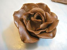 Chocolate Flower: Out of chocolate? Here's a step-by-step guide to making several different kinds of flowers, which you can then use to decorate cupcakes, garnish plated desserts or just give by themselves. Chocolate Flowers, Love Chocolate, How To Make Chocolate, Chocolate Company, Mother's Day Bouquet, Candy Bouquet, Chocolate Garnishes, Chocolate Desserts, Chocolate Decorations