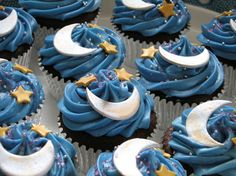 Who doesn't love yummy cupcakes?Cupcakes seem to be all the rage nowadays especially the ones decorated creatively.In elegant events like weddings or birthday Star Cupcakes, Pretty Cupcakes, Cupcake Cakes, Eid Cupcakes, Decorated Cupcakes, Themed Cupcakes, Yummy Cupcakes, Cupcake Piping, Balloon Cupcakes