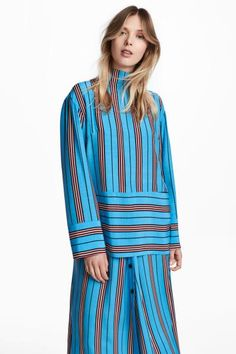 Straight-cut blouse in woven fabric with a stripe print, high stand-up collar, long wide sleeves, concealed zip at the back and seam at the hem.