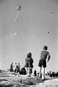 """Flying the kite on """"Clean Monday"""" 1975 - Καθαρή Δευτέρα, Αθήνα Φωτογραφία… Old Pictures, Old Photos, Vintage Photos, Greece Photography, History Of Photography, Greece History, Benaki Museum, Go Fly A Kite, Greek Culture"""