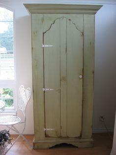 Distressing and Antiquing Furniture~ that's good and all, but just LOOK at that closet!