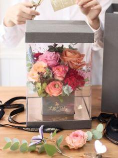 Flowers box gift ideas for 2019 Felt Flowers, Diy Flowers, Pretty Flowers, Paper Flowers, Flower Box Gift, Flower Boxes, Flower Shop Decor, Bouquet Box, Flower Packaging