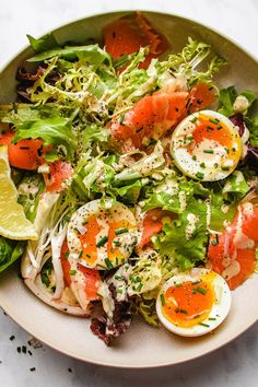 Keto Smoked Salmon Salad recipe with creamy caper chive salad dressing makes a wonderful summer meal in less than 10 mins! Smoked Salmon Salad, Salmon Salad Recipes, Salad Recipes For Dinner, Healthy Salad Recipes, Salmon Food, Salmon Dinner, Dinner Salads, Ensalada Caprese, Clean Eating