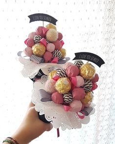 No automatic alt text available. Gift Bouquet, Candy Bouquet, Valentine Bouquet, Valentines Diy, Diy Gifts, Handmade Gifts, Chocolate Flowers Bouquet, Edible Bouquets, Gift Wraping