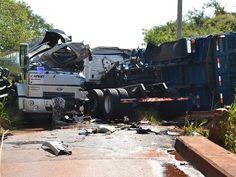10 mil litros de etanol vazam após acidente entre caminhões | Ocorrência foi na vicinal entre distrito de Roseta e Paraguaçu Paulista. Motoristas teriam tentado passar ao mesmo tempo em ponte estreita. http://mmanchete.blogspot.com.br/2013/05/10-mil-litros-de-etanol-vazam-apos.html#.UYGVc7U3uHg