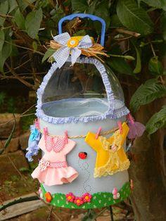 Qmimos - Fazendo Arte brincando: Reciclagem - Porta Prendedores de Roupa Recycled Crafts, Diy And Crafts, Crafts For Kids, Plastic Bottle Crafts, Recycle Plastic Bottles, Coffee Creamer Bottles, Clothespin Bag, Peg Bag, Denim Crafts