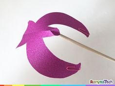 Maybe you have seen the balancing bird in the toy store. Amazing, right? We are going to teach you how to make your own balancing bird with paper and paperclips. It also can be used to decorate the kids' room. experiment tutorial for kids project activity Origami Day, Origami Paper, Diy Paper, Science Projects For Kids, Science For Kids, Activities For Kids, Bird Crafts, Diy And Crafts, All You Need Is