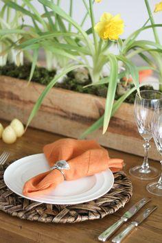 Decoração para um almoço de Páscoa - mesa posta em amarelo e laranja -arranjo central de narcisos - coelhos peludinhos, ninho e ovos