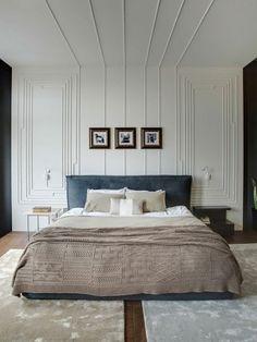 molduras lineares em parede e teto de quarto de casal