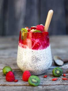 Discovered by Léa D. Find images and videos about summer, girls and food on We Heart It - the app to get lost in what you love. Smoothie Fruit, Smoothie Bowl, Easy Healthy Recipes, Sweet Recipes, Healthy Food, Goji Berry Recipes, Yummy Smoothie Recipes, Chia Pudding, Superfood